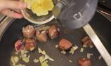 將平底鑊燒熱,爆香牛柳粒,再加入洋蔥和薑片爆香,直到牛柳粒半熟備用。