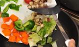 用一個中size的煲燒熱後,將洋蔥和鮮冬菇爆香。