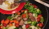將其他蔬菜和事先爆好的牛柳粒一起炒2-3分鐘。