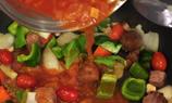 將一罐羅宋湯和清水一起倒進煲中,煮10-15分鐘直至牛柳粒熟透。
