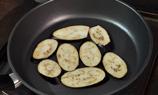 將已切成長片的茄子用乾鑊微微煎香後備用。