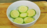 翠肉瓜片排在焗盤底。