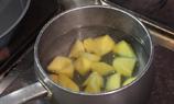 薯仔角烚至7成熟(備用) 。